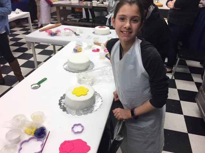 Student in cake class