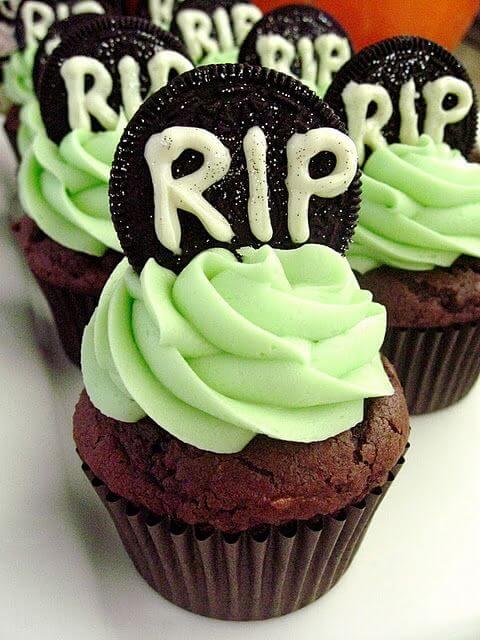 Green Halloween cupcakes