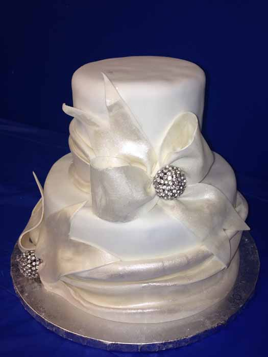 2-tiered cake with white bows